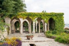 Romerskt bad i gården av den Balchik slotten, Bulgarien royaltyfri bild