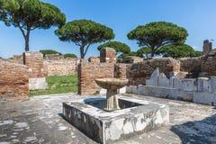 Romerskt forntida fördärvar i Ostia Antica nära Rome royaltyfri fotografi