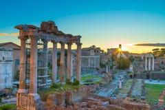 Romerskt forum och colosseum på soluppgång royaltyfri fotografi