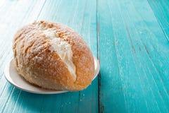 Romig brood op blauw stock afbeelding
