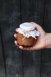 Romig dessert in een kleine glaskruik met decoratie en lint die ter beschikking hielden stock afbeelding