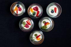 Romig dessert met de zomerbessen in een kom van het glasroomijs stock foto's