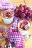 Romig dessert met rode druiven stock afbeelding