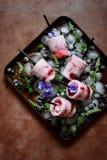 Romig roomijs met bessen van zwarte bes, bosbes, framboos, munt en bloemen van viooltjes op een donkere achtergrond Koele de zome stock foto's