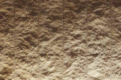 Romig witte geweven tegelmuur met verlichting van bodem Stock Fotografie