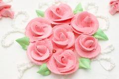 Romige cake met rozen stock afbeelding