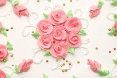 Romige cake met rozen stock afbeeldingen
