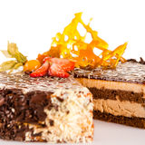 Romige chocoladecake met karamel en aardbei Royalty-vrije Stock Fotografie
