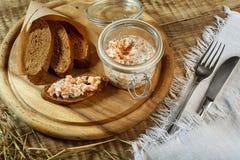 Romige courgettesoep met Spaanse pepers en orego, knapperig brood met stock foto