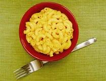 Romige en eigengemaakte macaroni en kaas Stock Foto's
