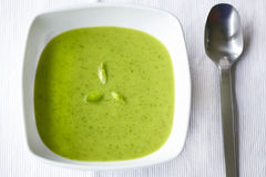 Romige groene soep van wilde knoflook en spinazie Royalty-vrije Stock Foto's