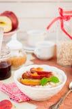 Romige Haverhavermoutpap met Honey Apples Royalty-vrije Stock Foto's