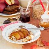 Romige Haverhavermoutpap met Honey Apples Stock Afbeelding