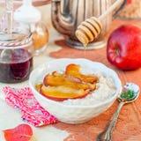Romige Haverhavermoutpap met Honey Apples Royalty-vrije Stock Afbeeldingen