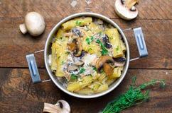 Romige Paddestoeldeegwaren met Verse Thyme en Parmezaanse kaas, Italiaanse Keuken royalty-vrije stock foto's