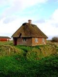 Romo Insel-Grasscholle-Dach-Häuschen Süddänemark Lizenzfreies Stockfoto