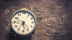 Rompa el concepto del tiempo con el reloj colocado y el vidrio quebrado almacen de metraje de vídeo