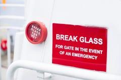 Rompa el fondo rojo del blanco del envase de la muestra de la emergencia de cristal imagenes de archivo