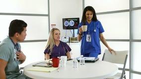 Rompa il tempo per gli interni medici o gli infermieri che lavorano la i archivi video