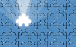 Rompecabezas azul con el pedazo que falta y el haz luminoso Fotografía de archivo libre de regalías