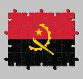 Rompecabezas de la bandera de Angola en dos bandas horizontales de rojo y de negro con el emblema del machete y del engranaje en  stock de ilustración