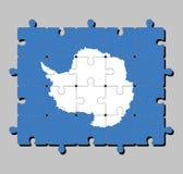 Rompecabezas de la bandera de la Antártida en un mapa blanco llano del continente en un fondo azul