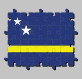 Rompecabezas de la bandera de Curaçao en campo azul con una raya amarilla horizontal levemente debajo del midline y de dos estrel stock de ilustración