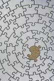 Rompecabezas de plata con un pedazo que falta Imagenes de archivo
