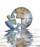 Rompecabezas del globo de la tierra en agua Imagen de archivo