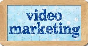 Rompecabezas del márketing video en marco de madera Foto de archivo