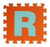 Rompecabezas del texto de R en el fondo blanco, EVA Foam que entrelaza, Clipp Imagenes de archivo