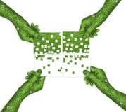 Rompecabezas en las manos Concepto de la ecología Imágenes de archivo libres de regalías