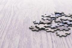 Rompecabezas en una tabla de madera blanca fotos de archivo libres de regalías