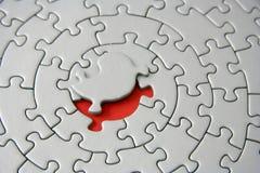 Rompecabezas grises con el pedazo que falta que pone sobre el espacio rojo Imágenes de archivo libres de regalías