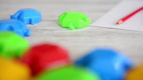 Rompecabezas multicolores con los lápices coloridos metrajes