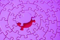 Rompecabezas rosados con el pedazo que falta que pone sobre el espacio Imagen de archivo