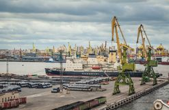 Rompehielos y grúas en el puerto del cargo de St Petersburg Imágenes de archivo libres de regalías