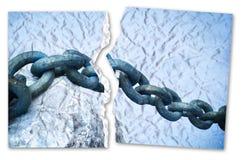 Rompendo le catene - immagine di concetto con una foto strappata di vecchia catena arrugginita del metallo immagine stock