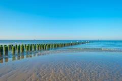 Rompeolas al mar en verano Imagen de archivo