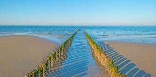 Rompeolas al mar en verano Imagenes de archivo