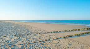 Rompeolas al mar en verano Foto de archivo libre de regalías
