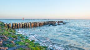 Rompeolas al mar en verano Foto de archivo