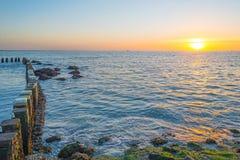 Rompeolas al mar en verano Fotos de archivo