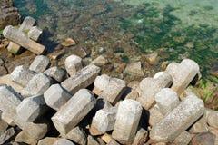Rompeolas con los bloques de cemento Fotografía de archivo