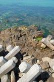 Rompeolas con los bloques de cemento Imagen de archivo libre de regalías