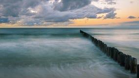 Rompeolas de madera en el mar Báltico Imagenes de archivo