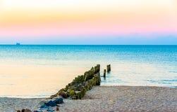 Rompeolas de madera viejo en la costa del mar Báltico fotos de archivo libres de regalías