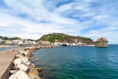 Rompeolas de piedra Lacco Ameno, isquiones isla, Italia Foto de archivo libre de regalías