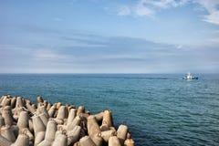 Rompeolas del mar Imagen de archivo libre de regalías