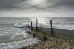 Rompeolas del mar en Lee en el Solent Reino Unido Foto de archivo libre de regalías